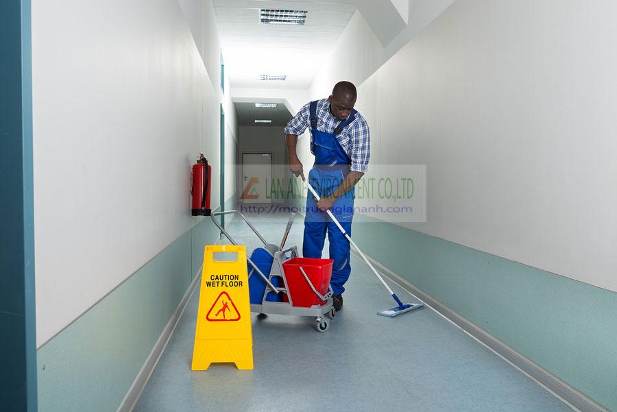 Biển báo sàn dùng khi lau sàn nhà